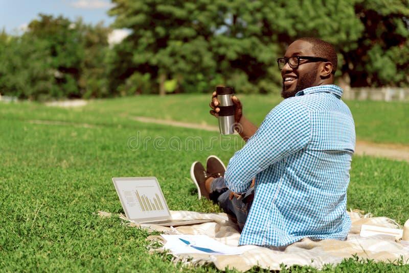 Homem alegre que descansa na cobertura fotografia de stock