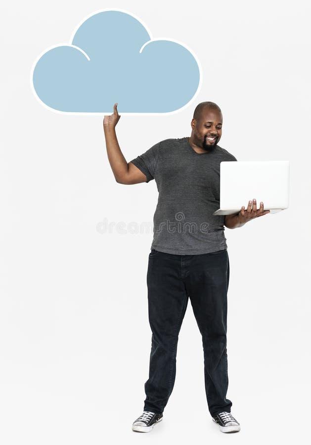 Homem alegre que guarda símbolos em linha do armazenamento da nuvem fotos de stock
