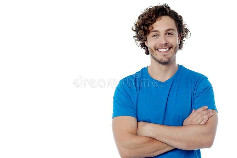 Homem alegre que levanta em seguro fotografia de stock royalty free