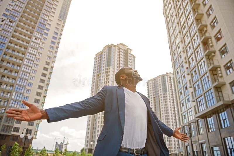 Homem alegre que relaxa na cidade fotografia de stock