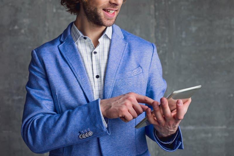 Homem alegre que usa a tabuleta eletrônica imagens de stock royalty free