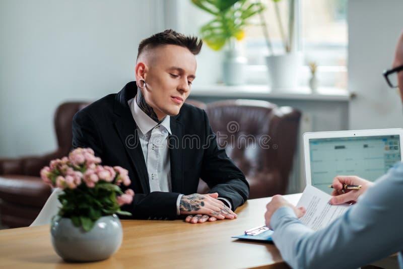 Homem alternativo que atende ? entrevista de trabalho foto de stock royalty free