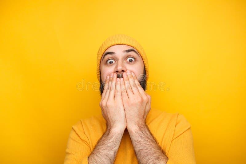 Homem amedrontado na roupa amarela foto de stock royalty free