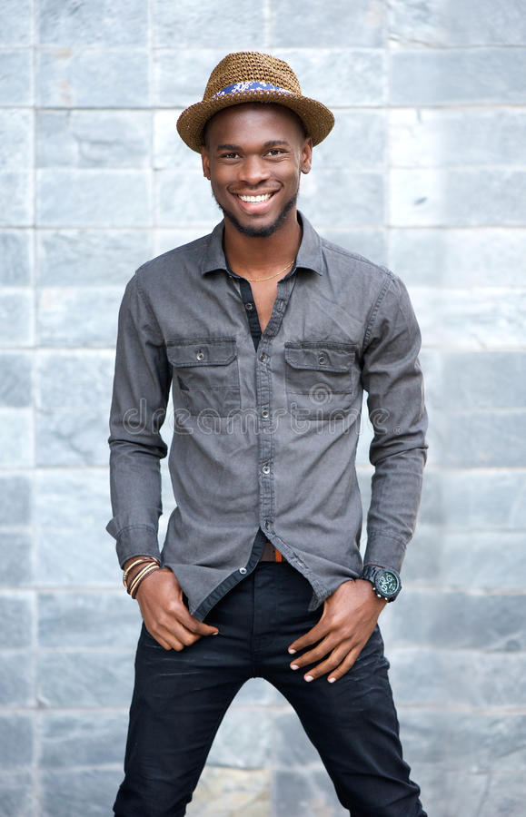 Homem ameircan africano novo de sorriso com chapéu fotografia de stock