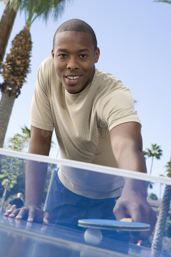 Homem americano africano que joga o ténis de mesa foto de stock royalty free