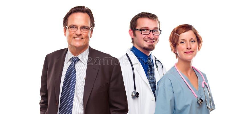 Homem amigável e doutores fêmeas com o homem de negócios no branco imagens de stock