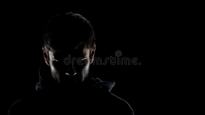Homem anônimo perigoso na escuridão da noite, terrorista assustador que prepara-se para o crime imagens de stock royalty free