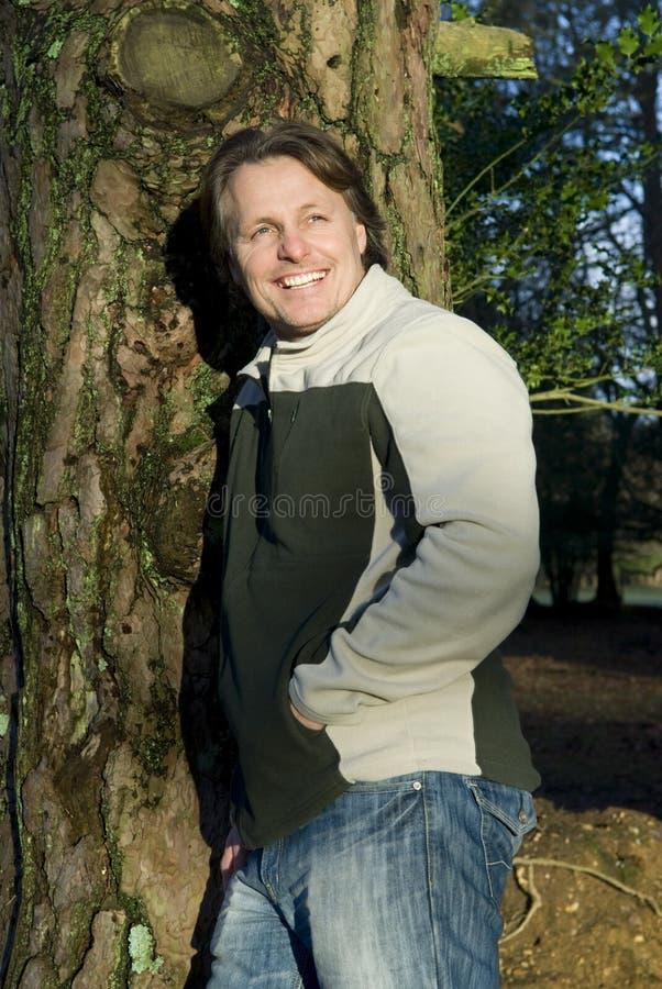 Homem ao ar livre de sorriso feliz foto de stock royalty free