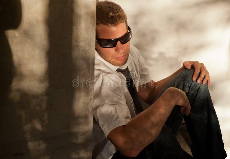 Homem ao ar livre nos óculos de sol imagem de stock royalty free