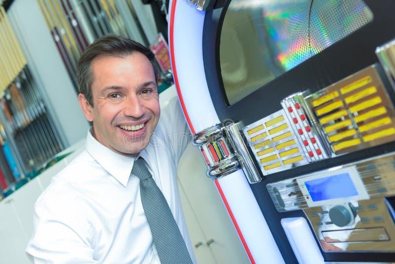 Homem ao lado do jukebox imagem de stock