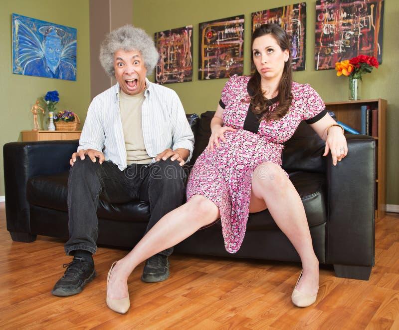 Homem apavorando-se com mulher gravida fotografia de stock royalty free