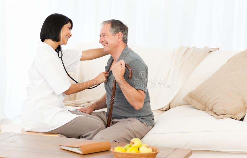 Homem aposentado com sua enfermeira fotos de stock