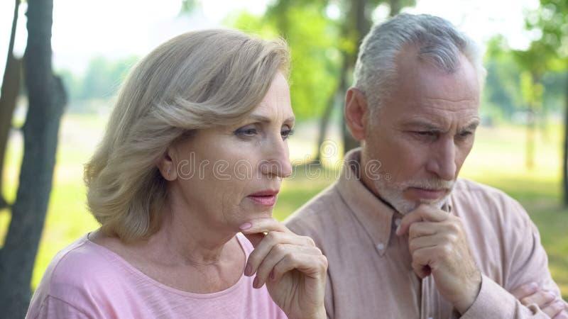 Homem aposentado e preocupação fêmea sobre a reforma futura, social para pensionista foto de stock royalty free