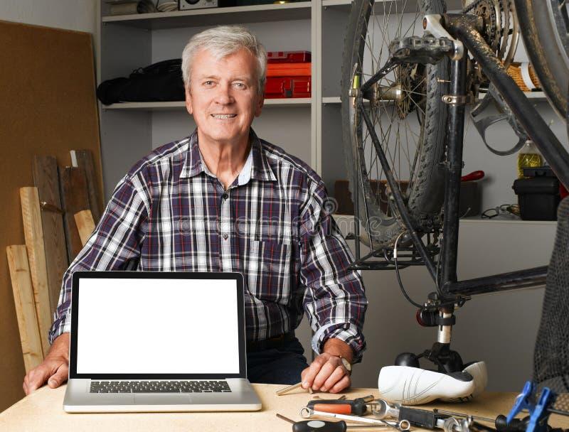 Homem aposentado sênior imagem de stock royalty free
