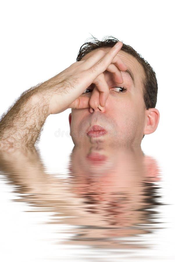 Homem aproximadamente a afogar-se