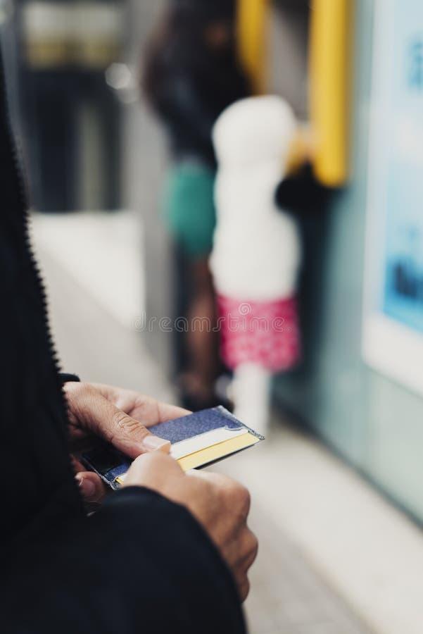 Homem aproximadamente para retirar o dinheiro de um ATM foto de stock royalty free
