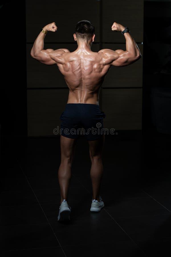 Homem apto que mostra seu corpo bem treinado imagens de stock royalty free