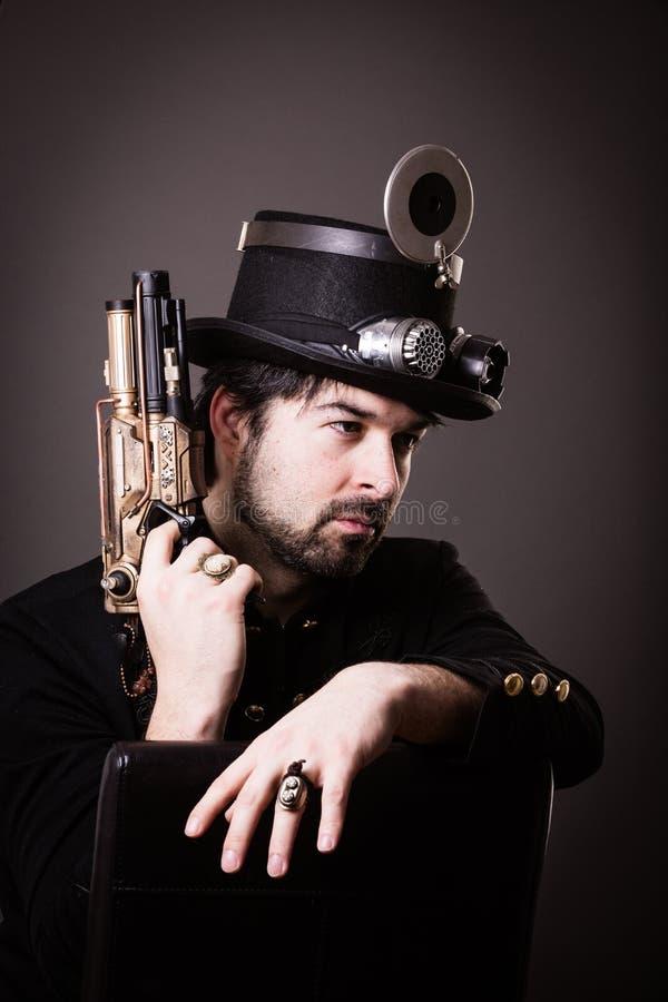 Homem armado do punk do vapor fotografia de stock royalty free