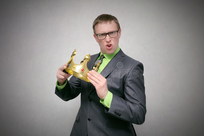 Homem arrogante do egoísta com coroa do ouro fotos de stock royalty free