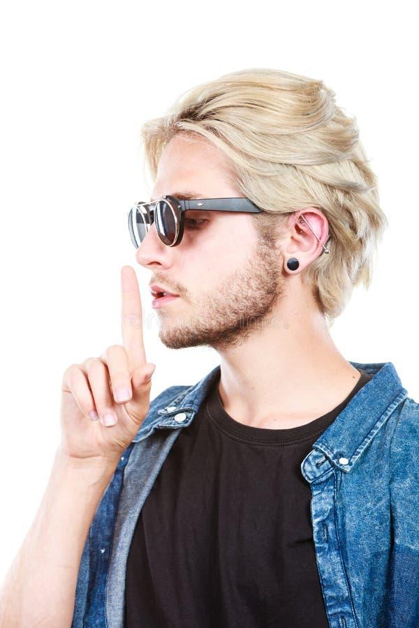 Homem artístico com óculos de sol, gesto do moderno do silêncio fotos de stock