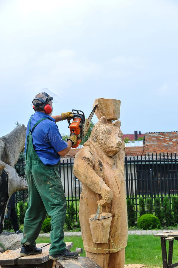 Homem, artesão, cinzelando um tronco de madeira fotos de stock royalty free