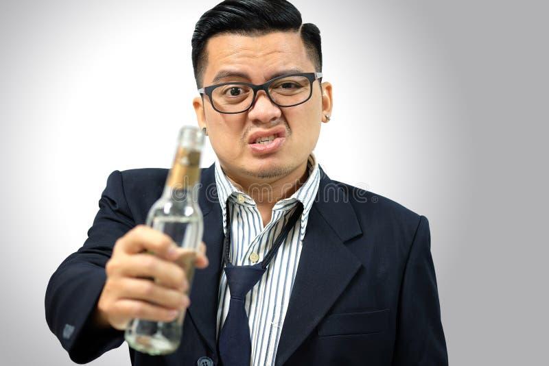 Homem asiático bebido após o trabalho foto de stock