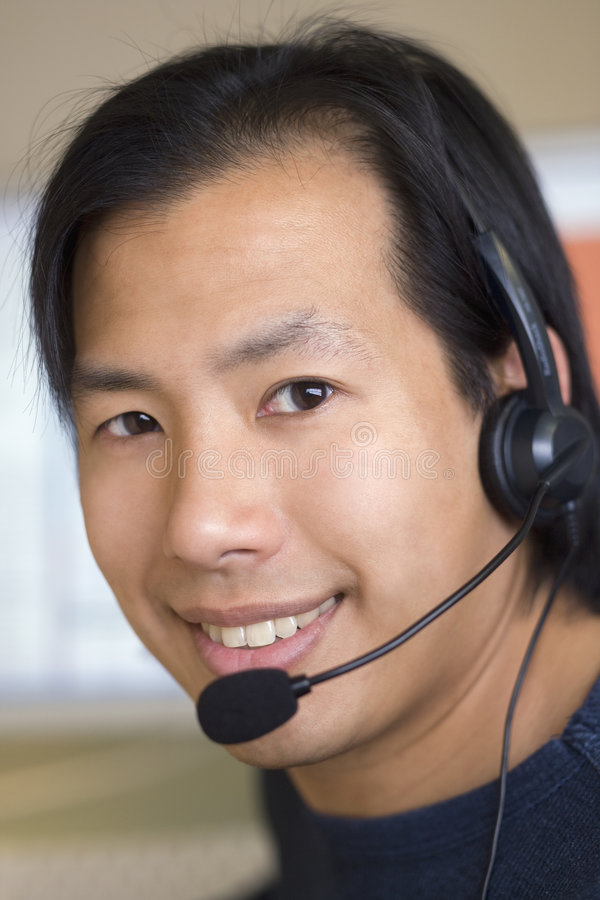 Homem asiático com auriculares fotografia de stock
