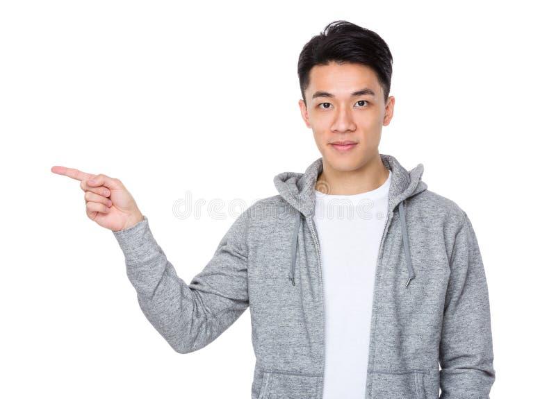 Homem asiático com ponto do dedo acima fotos de stock
