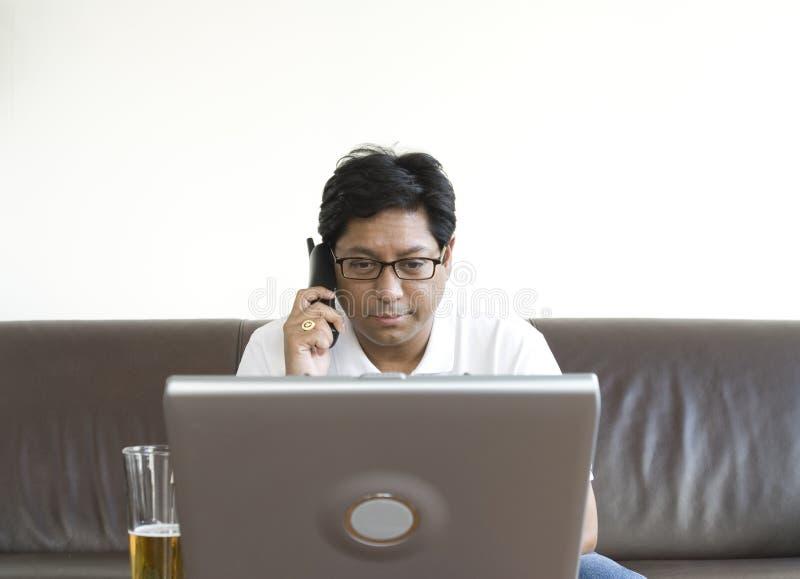 Homem asiático com portátil imagem de stock royalty free