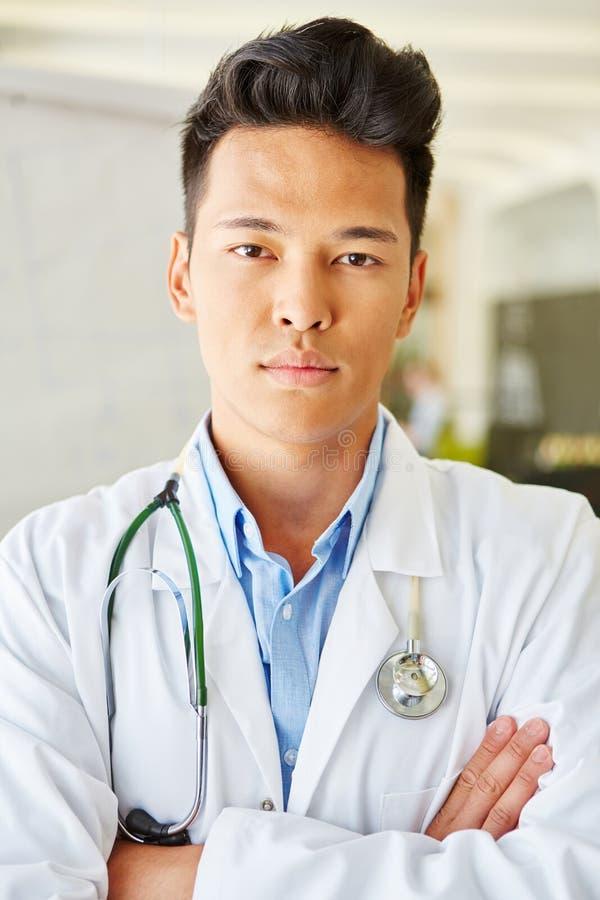 Homem asiático como o doutor auto-confiante imagem de stock royalty free