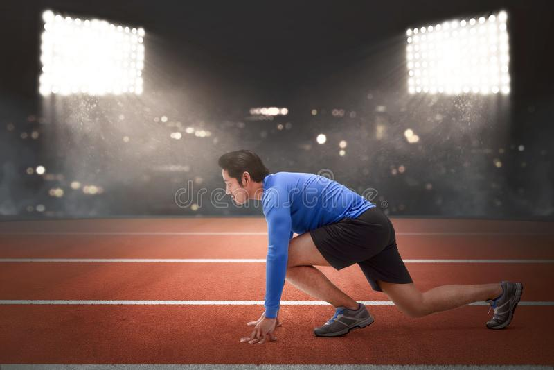 Homem asiático considerável do corredor na posição pronta a correr imagem de stock royalty free
