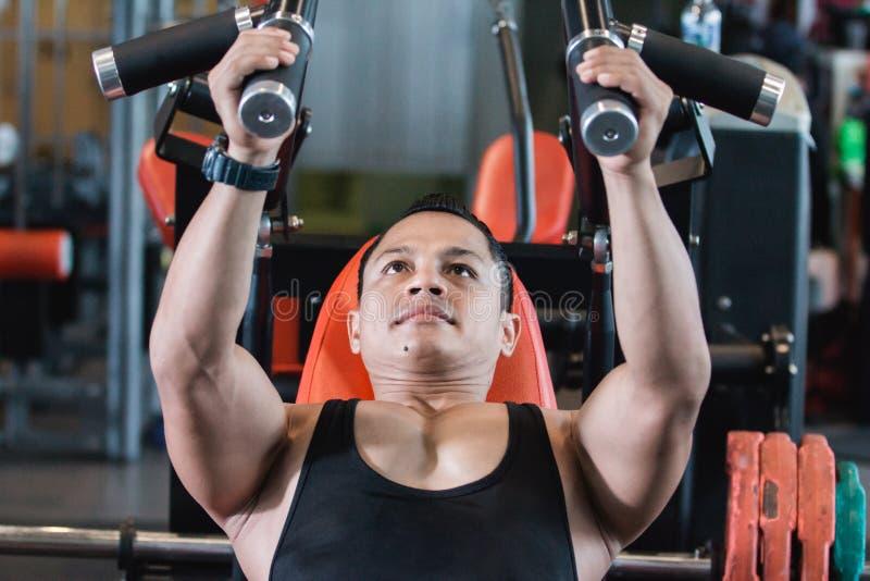 Homem asiático considerável que faz exercícios da caixa imagens de stock royalty free