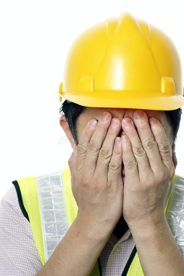 Homem asiático da construção com remorso imagens de stock