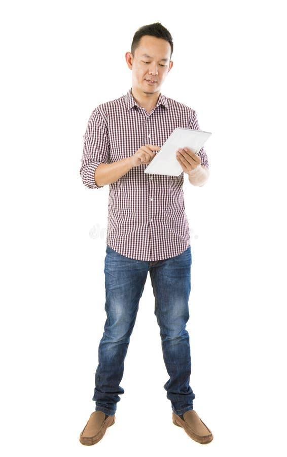Homem asiático de Fullbody que usa a tabuleta