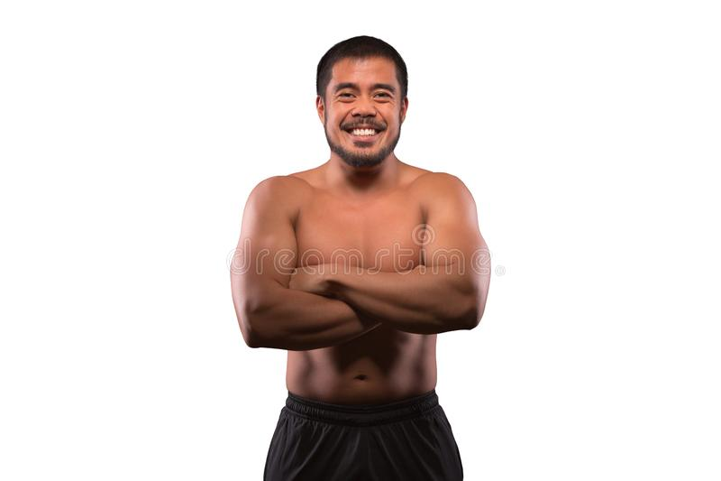 Homem asiático de sorriso com a parte superior do corpo muscular isolada no fundo branco Aptidão, exercício e conceito do treinam imagem de stock royalty free