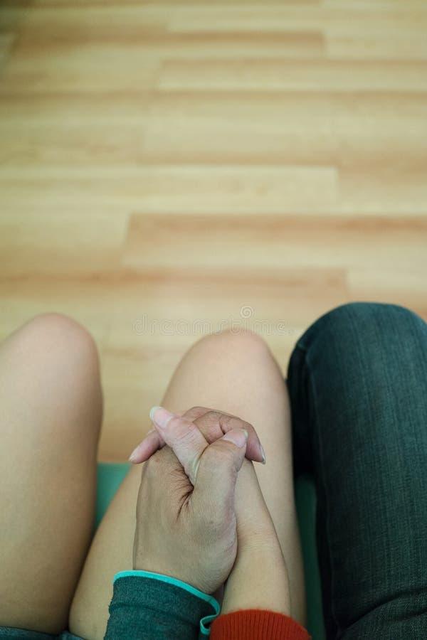 Homem asiático e mulher que guardam as mãos imagens de stock