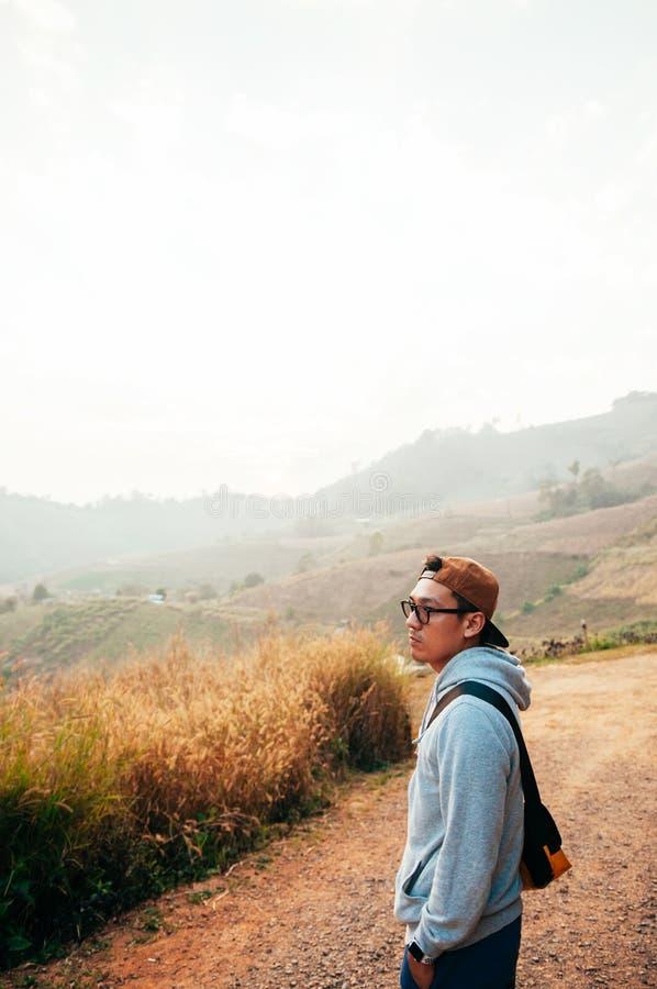 Homem asiático feliz no Mountain View de vista claro da manhã imagens de stock royalty free