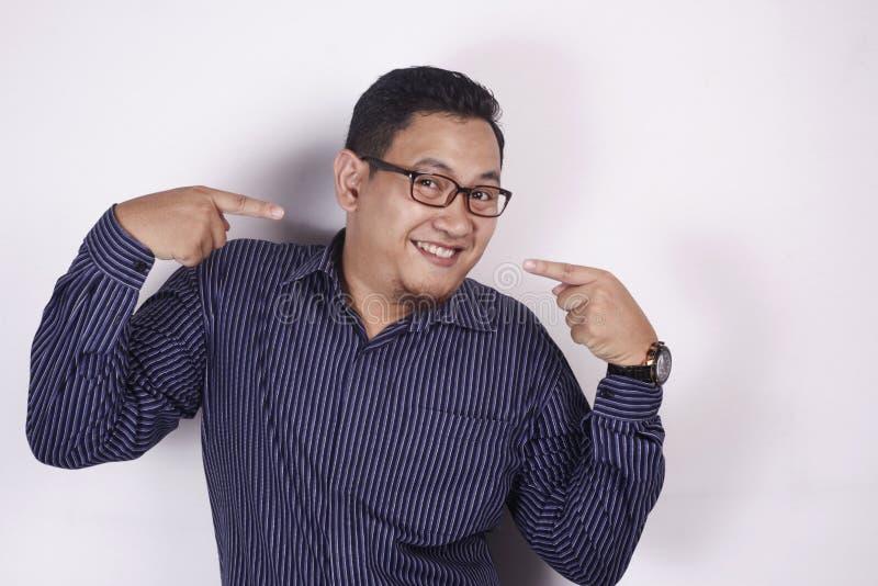 Homem asiático feliz que sorri e que aponta-se imagens de stock