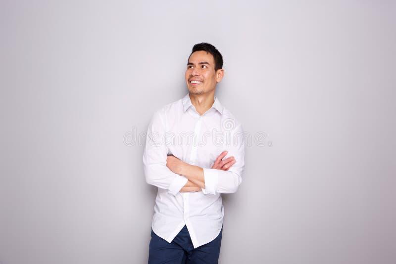 Homem asiático maduro na vista ocasional ausente e no sorriso imagens de stock royalty free