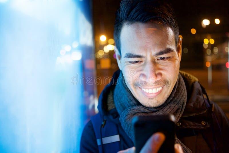Homem asiático mais idoso na cidade com telefone fotografia de stock