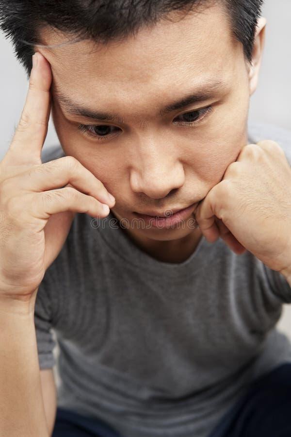 Homem asiático na depressão imagens de stock