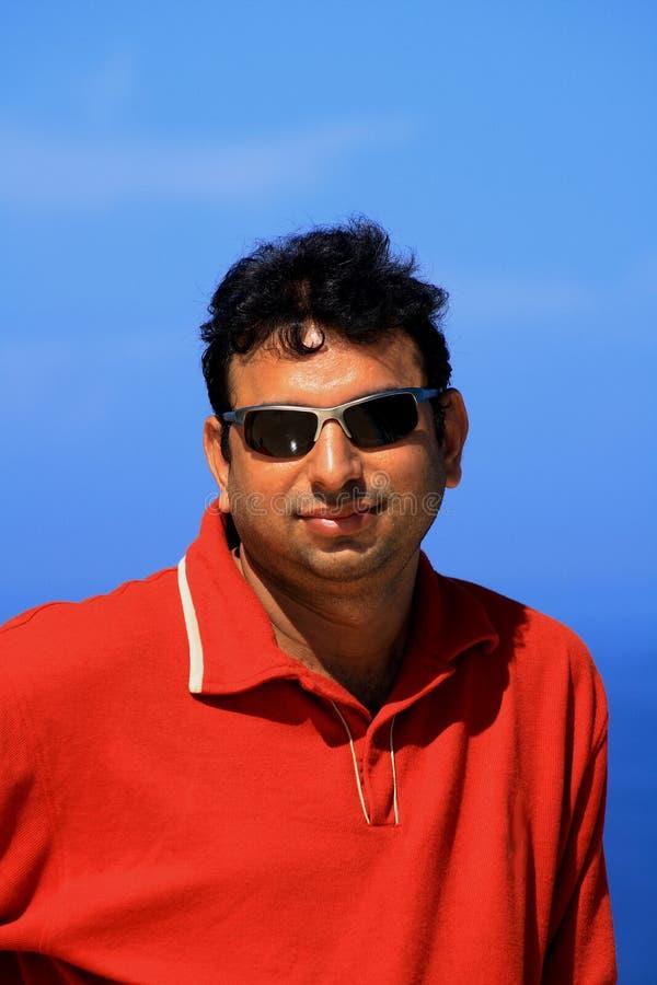 Homem asiático nos óculos de sol fotografia de stock