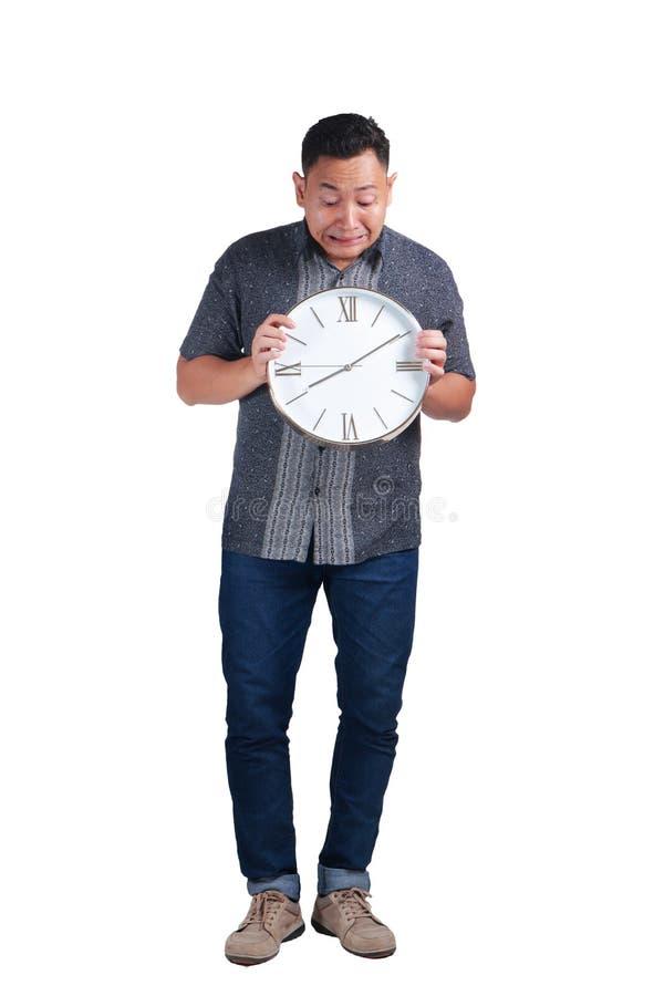 Homem asiático novo assustado do tempo atrasa imagem de stock