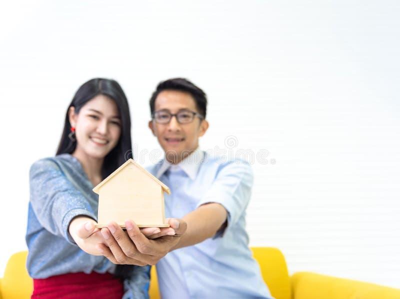 Homem asiático novo da família do amor dos pares da felicidade e fala fêmea sobre a compra da casa e o proprietário de casa q imagens de stock