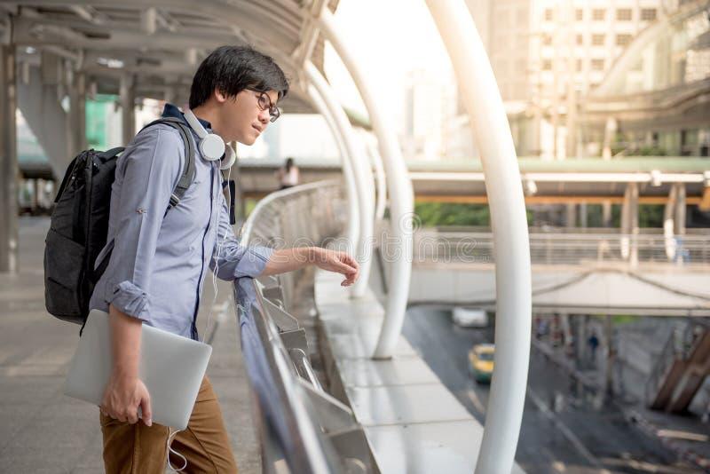 Homem asiático novo que olha em torno da rua, estilo de vida urbano fotografia de stock royalty free