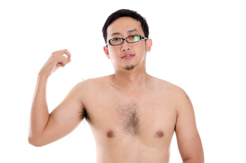 Homem asiático que mostra o músculo foto de stock