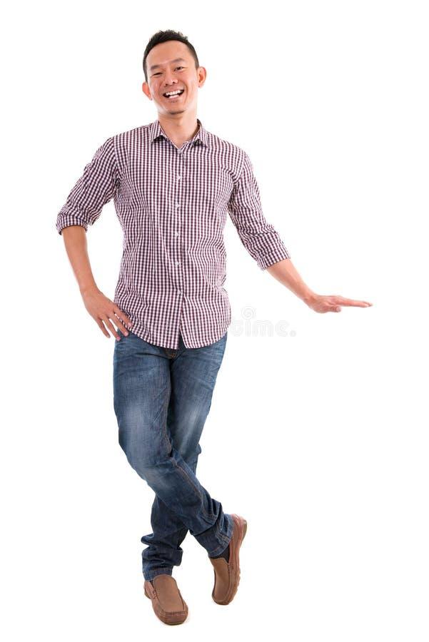 Homem asiático que põe a mão sobre a bandeira invisível fotografia de stock