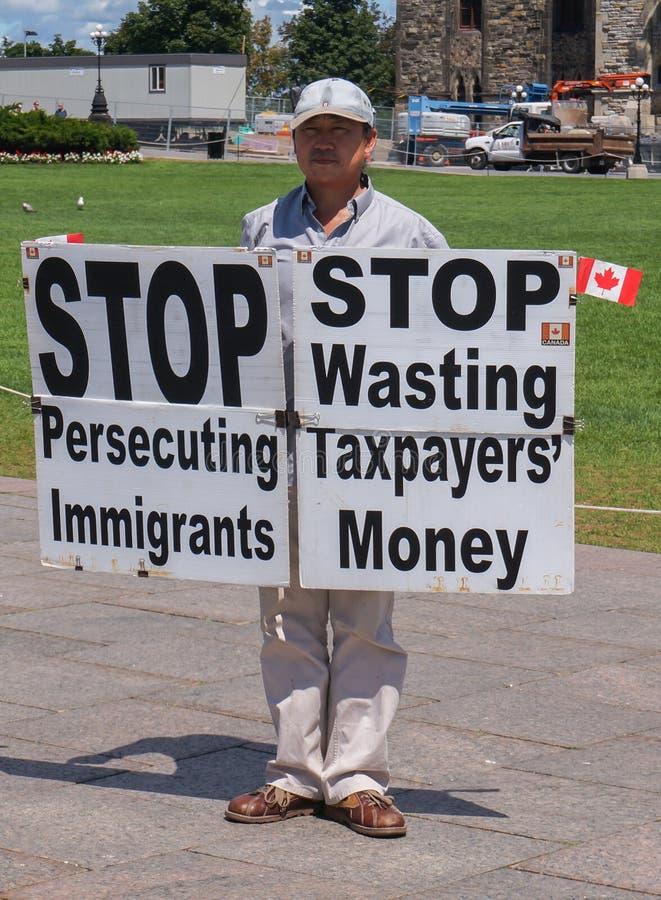 Homem asiático que protesta com sinais no monte do parlamento fotografia de stock royalty free