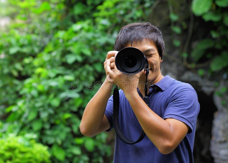 Homem asiático que toma a foto imagens de stock royalty free