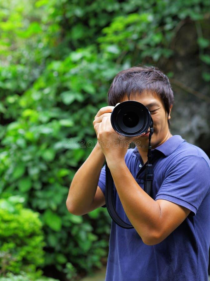Homem asiático que toma a foto fotos de stock royalty free